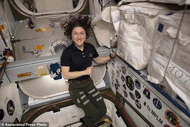 Ấm áp khoảnh khắc cún cưng đón nữ phi hành gia trở về sau 328 ngày xa cách - 4