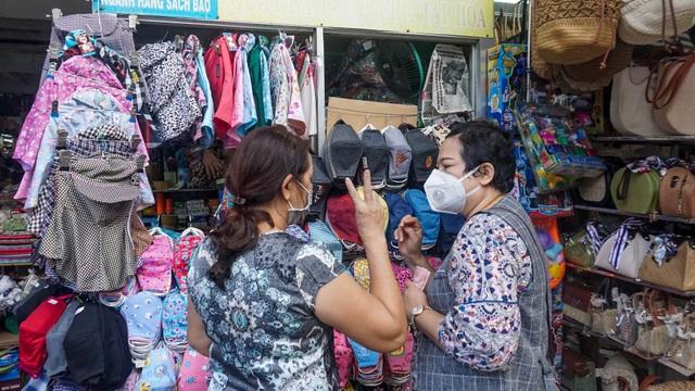 Đà Nẵng: Dân sợ không đi chợ, hàng quán ngồi chơi vì bão dịch corona - 4