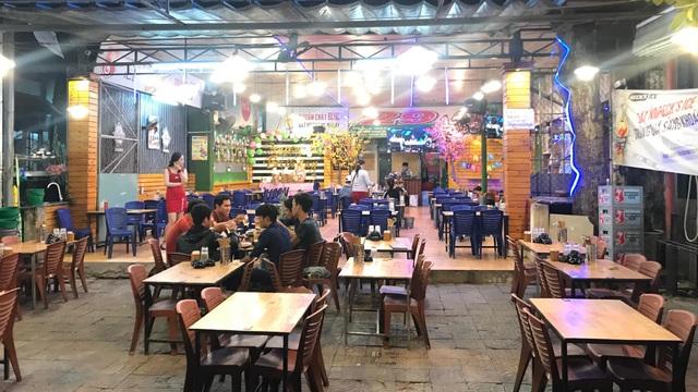 Đà Nẵng: Dân sợ không đi chợ, hàng quán ngồi chơi vì bão dịch corona - 1