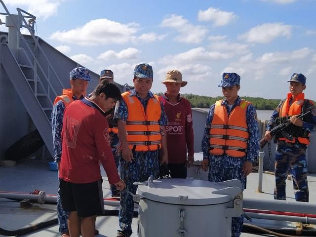 Cảnh sát biển bắt 100.000 lít dầu không rõ nguồn gốc - 1