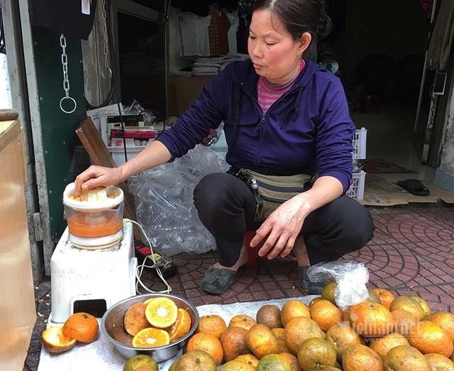Ngày vắt 5 tạ cam, dân vỉa hè kiếm tiền triệu mùa dịch Covid-19 - 4