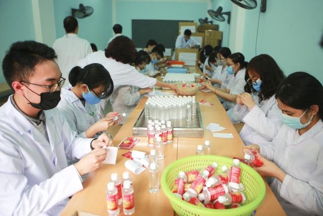 Sản xuất 500 lít nước rửa tay hỗ trợ người dân vùng tâm dịch Sơn Lôi - 8