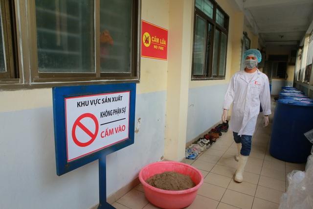 Sản xuất 500 lít nước rửa tay hỗ trợ người dân vùng tâm dịch Sơn Lôi - 3