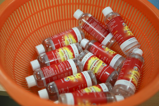 Sản xuất 500 lít nước rửa tay hỗ trợ người dân vùng tâm dịch Sơn Lôi - 10