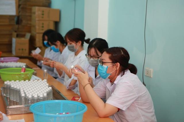 Sản xuất 500 lít nước rửa tay hỗ trợ người dân vùng tâm dịch Sơn Lôi - 9