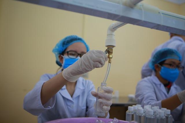 Sản xuất 500 lít nước rửa tay hỗ trợ người dân vùng tâm dịch Sơn Lôi - 6