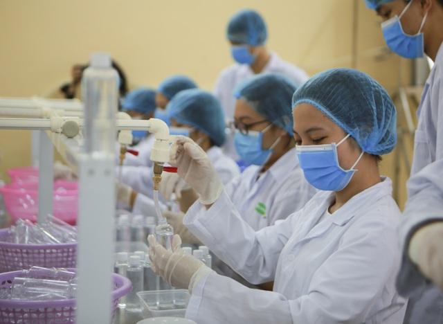 Sản xuất 500 lít nước rửa tay hỗ trợ người dân vùng tâm dịch Sơn Lôi - 5
