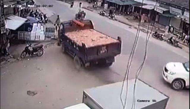 Cú bẻ lái tài tình củatài xế xe tải tránh thương vong cho nhiều người - 1