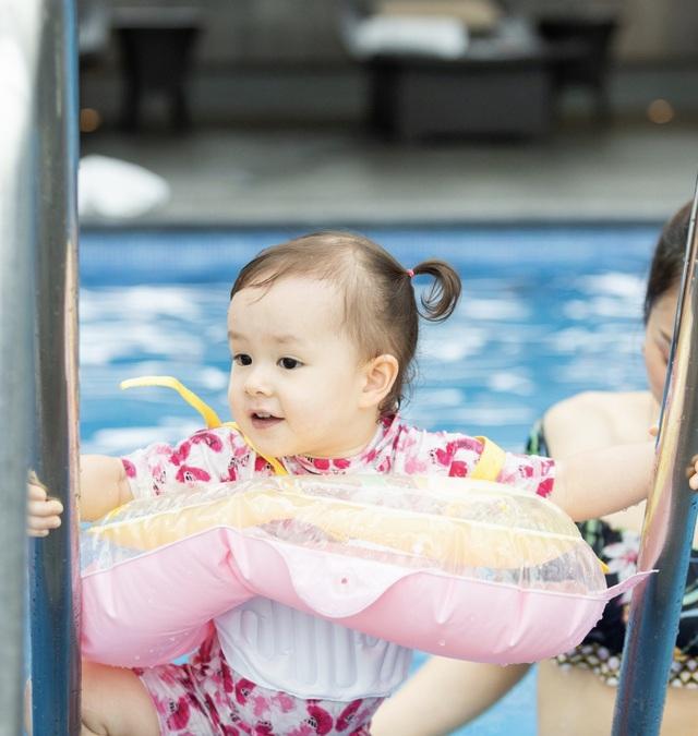 Lan Phương gây tranh cãi vì đưa con gái đi bơi giữa dịch corona - 4