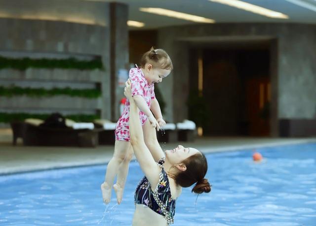 Lan Phương gây tranh cãi vì đưa con gái đi bơi giữa dịch corona - 6