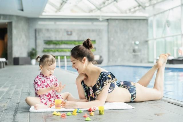 Lan Phương gây tranh cãi vì đưa con gái đi bơi giữa dịch corona - 1