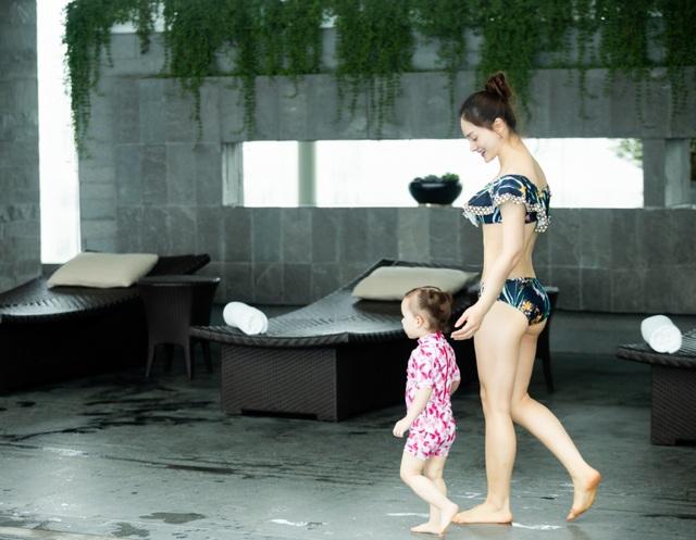Lan Phương gây tranh cãi vì đưa con gái đi bơi giữa dịch corona - 9