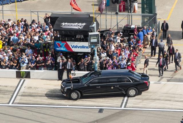 Xe quái thú, chuyên cơ của ông Trump xuất hiện tại thánh địa xe đua - 10