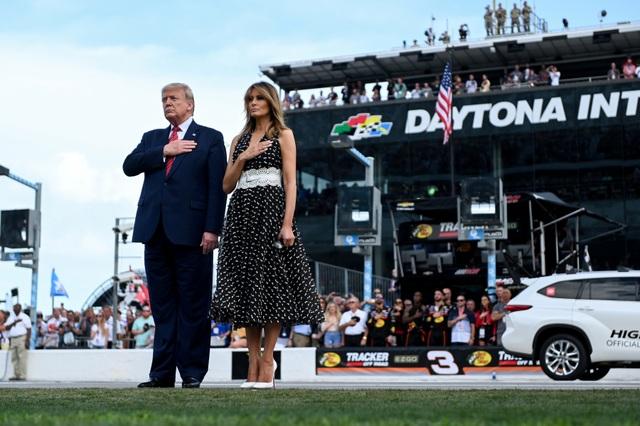 Xe quái thú, chuyên cơ của ông Trump xuất hiện tại thánh địa xe đua - 5