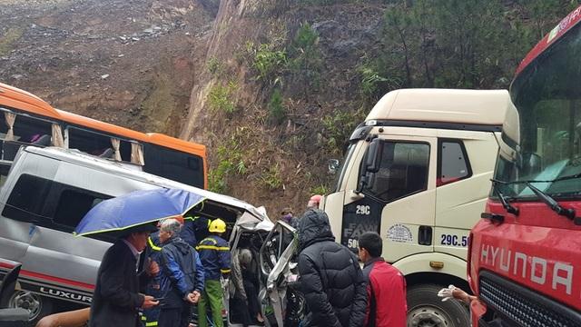 Clip toàn cảnh vụ xe khách vượt ẩu khi lên dốc gây tai nạn thương tâm - 4