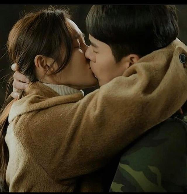 """Hyun Bin ôm Son Ye Jin tại tiệc ăn mừng """"Hạ cánh nơi anh"""" kết thúc - 7"""