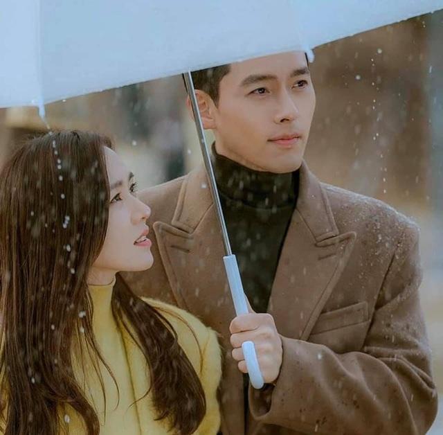 """Hyun Bin ôm Son Ye Jin tại tiệc ăn mừng """"Hạ cánh nơi anh"""" kết thúc - 4"""