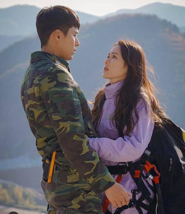 """Hyun Bin ôm Son Ye Jin tại tiệc ăn mừng """"Hạ cánh nơi anh"""" kết thúc - 5"""