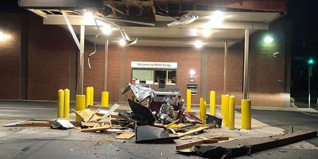 Kéo thiết bị hạng nặng phá cây ATM để cướp tiền - 2