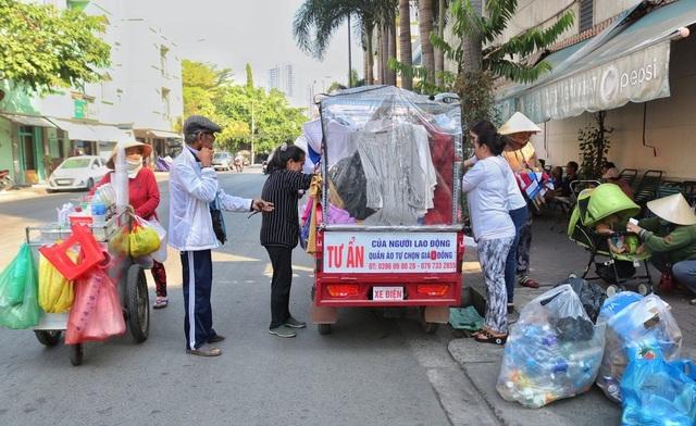Cụ ông Sài Gòn mỗi ngày đi hơn 50 km bán quần áo giá 0 đồng - 9