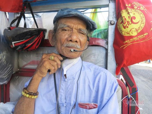 Cụ ông Sài Gòn mỗi ngày đi hơn 50 km bán quần áo giá 0 đồng - 1
