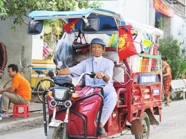 Cụ ông Sài Gòn mỗi ngày đi hơn 50 km bán quần áo giá 0 đồng - 3
