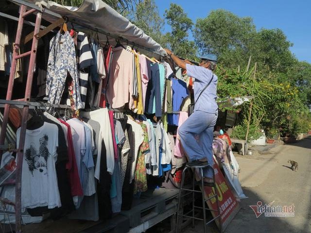 Cụ ông Sài Gòn mỗi ngày đi hơn 50 km bán quần áo giá 0 đồng - 4