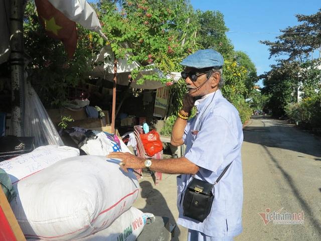 Cụ ông Sài Gòn mỗi ngày đi hơn 50 km bán quần áo giá 0 đồng - 5