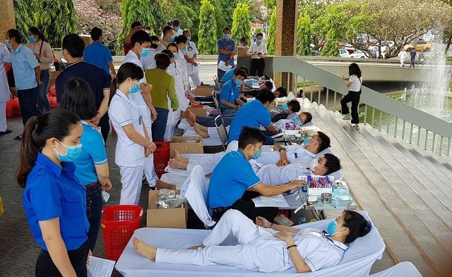 Vượt qua nỗi sợ Covid - 19, người Sài Gòn nô nức đi hiến máu - 6