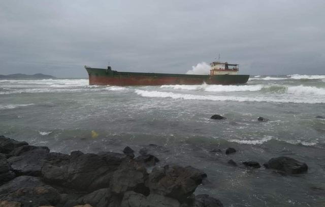 Quảng Ngãi: Sóng lớn đánh dạt tàu 1.000 tấn vào bãi đá - 1