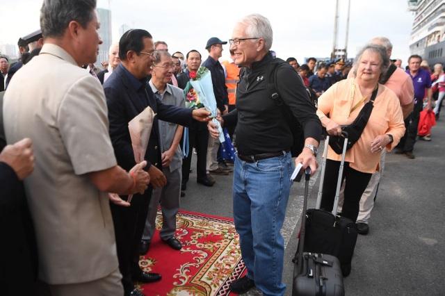 Khẩn cấp truy tìm hơn 1.000 hành khách trên du thuyền cập cảng ở Campuchia - 2