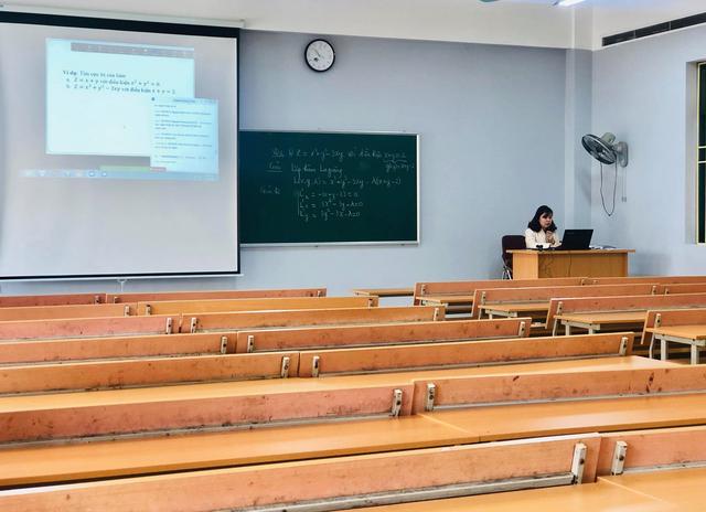 Dịch Covid -19: Lớp học không người học của trường ĐH Thương Mại - 2