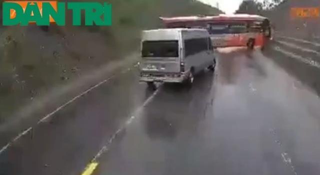 Clip toàn cảnh vụ xe khách vượt ẩu khi lên dốc gây tai nạn thương tâm - 1