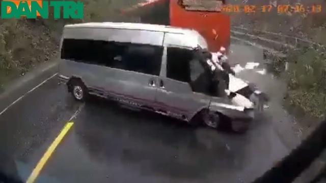 Clip toàn cảnh vụ xe khách vượt ẩu khi lên dốc gây tai nạn thương tâm - 2