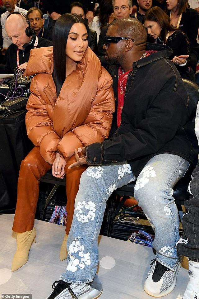 Kim Kardashian và chồng tình tứ đi xem bóng rổ - 1