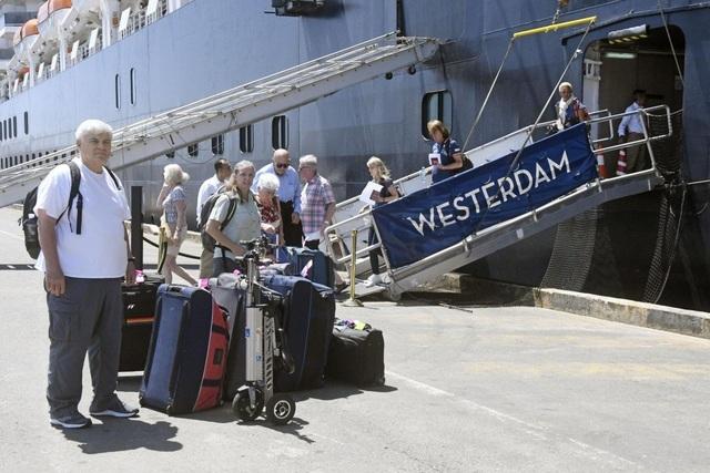 Ông Hun Sen lên tiếng vụ khách trên tàu cập bến Campuchia nhiễm corona - 2