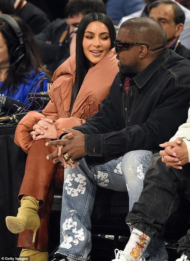 Kim Kardashian và chồng tình tứ đi xem bóng rổ - 3