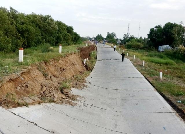 Cận cảnh đường đê biển sụt lún, vỡ toác dù sử dụng chưa lâu - 1
