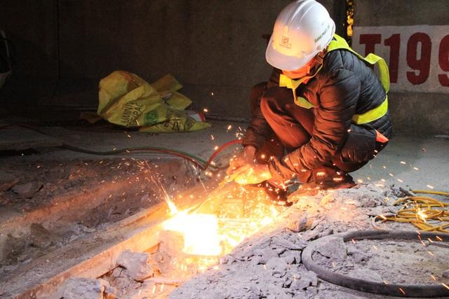 Hà Nội: Công nhân xuyên đêm sửa chữa đường vành đai 3 trên cao - 6