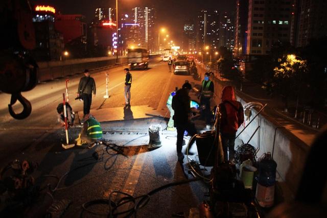 Hà Nội: Công nhân xuyên đêm sửa chữa đường vành đai 3 trên cao - 4
