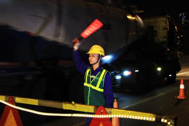 Hà Nội: Công nhân xuyên đêm sửa chữa đường vành đai 3 trên cao - 1