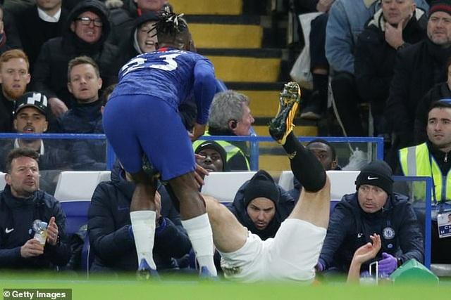 Bỏ bóng đá người, đội trưởng Man Utd thoát thẻ đỏ - 2