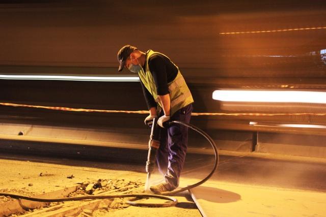 Hà Nội: Công nhân xuyên đêm sửa chữa đường vành đai 3 trên cao - 3