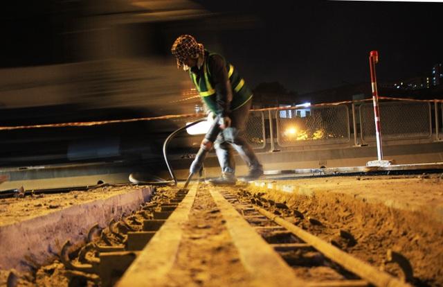 Hà Nội: Công nhân xuyên đêm sửa chữa đường vành đai 3 trên cao - 5