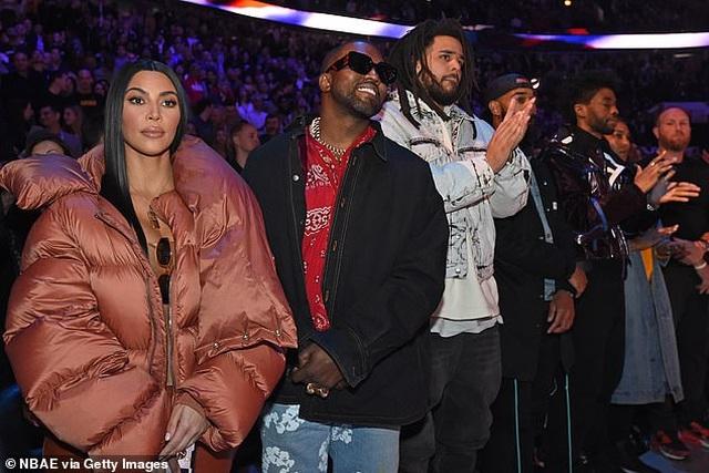 Kim Kardashian và chồng tình tứ đi xem bóng rổ - 4