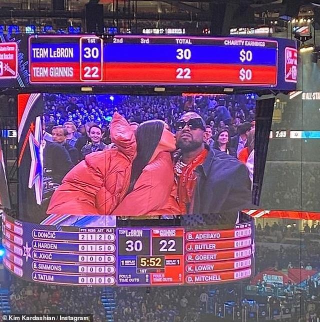 Kim Kardashian và chồng tình tứ đi xem bóng rổ - 2