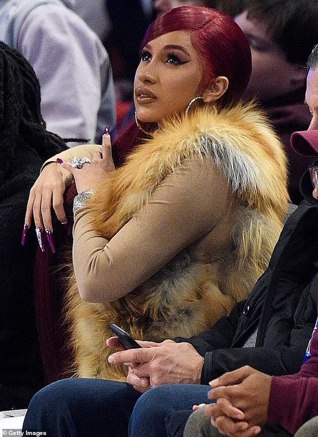 Kim Kardashian và chồng tình tứ đi xem bóng rổ - 7