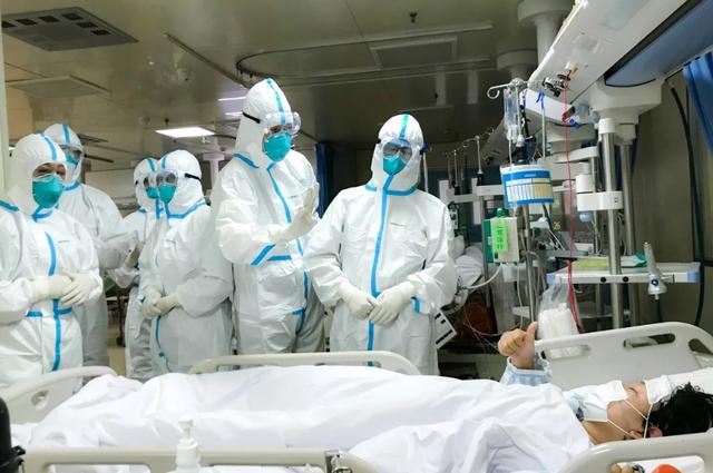 Mỗi gia đình bác sĩ tử vong vì dịch corona tại Trung Quốc được nhận 700 USD - 1