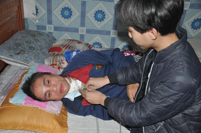 Người phụ nữ bị vỡ mạch máu não, dân làng cầu xin cho chị đi viện - 4