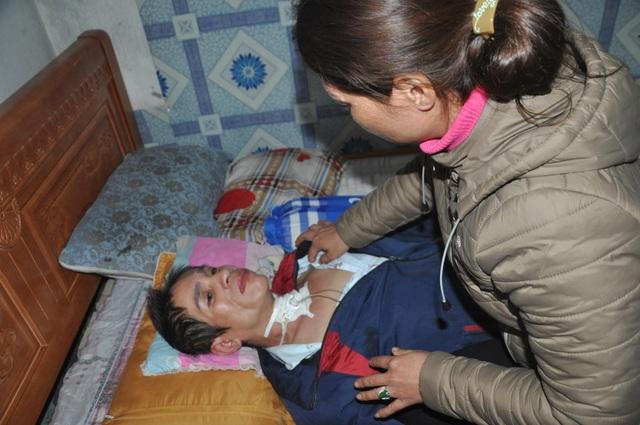 Người phụ nữ bị vỡ mạch máu não, dân làng cầu xin cho chị đi viện - 3